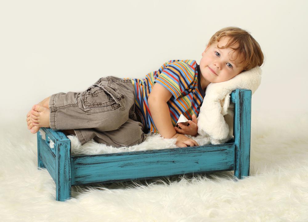Ребенок упал с кровати: последствия, что делать